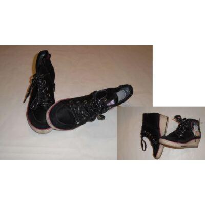 31-es fekete magasszárú cipő - Violetta