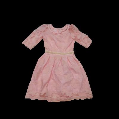 152-es rózsaszín csipkés virágos alkalmi ruha (több helyen halvány foltos)