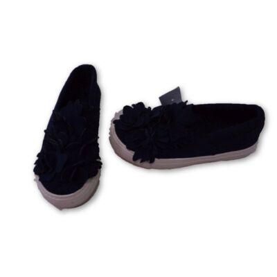 31-es kék virágrátétes cipő