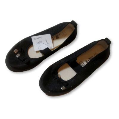 31-es fekete csillogó pántos cipő