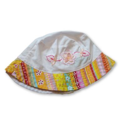 48 cm-es fejre fehér, mintás szélű nyári kalap lánynak
