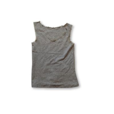 158-164-es szürke ujjatlan csipkeszegélyű póló